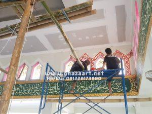 """Proses pengerjaan kaligrafi masjid jannatuttaibin gresik yg telah selesai di kerjakan oleh tim kami """"ghaza art tim professional calligraphy"""" bbrp minggu yg lalu."""
