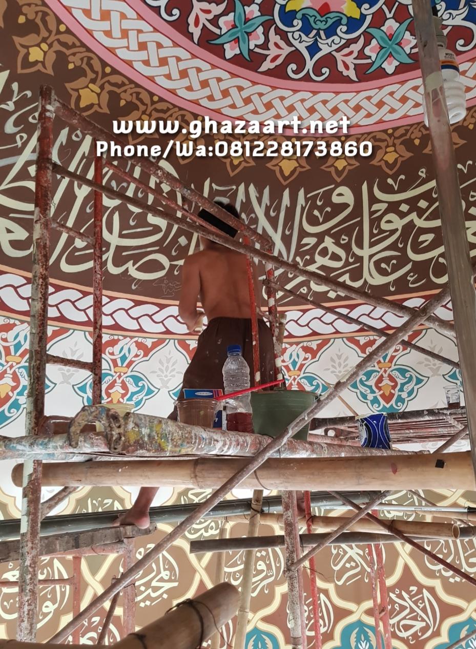 Proses pengerjaan kaligrafi asmaul husna plafon kubah musholla almukhtariyyah karang tengah banten