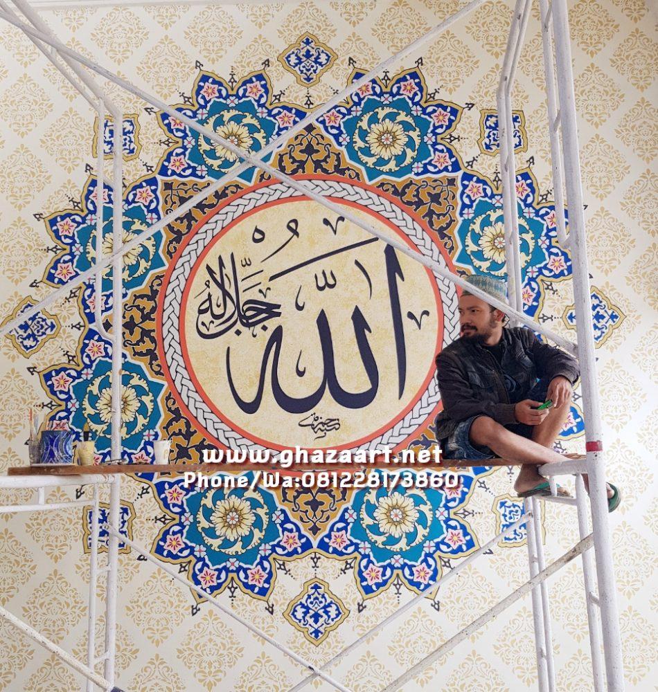 Proses pengerjaan ornamen kaligrafi masjid baitirriayah sumberjati jember jawa timur,dg tim ahli yg kami terjunkan ke lapangan akhirnya beberapa pekerjaan yg rumitpun bisa kami selesaikan dg baik,krya ini merupakan salah satu karya terspektakuler yg pernah kami kerjakan di antara puluhan masjid di seluruh indonesia.