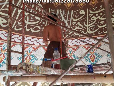 Proses pengerjaan kaligrafi plafon kubah musholla almukhtariyyah karang tengah banten